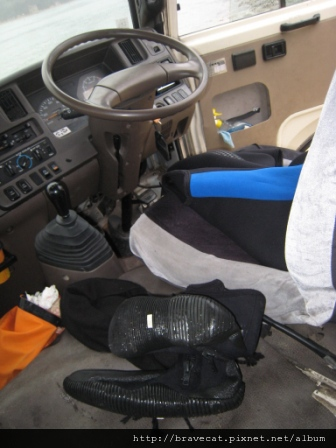 IMG_3329 Kiwi Kayaks - 大家都在車上換裝,穿上潛水衣,教練則在車子旁邊換裝,真害羞.JPG
