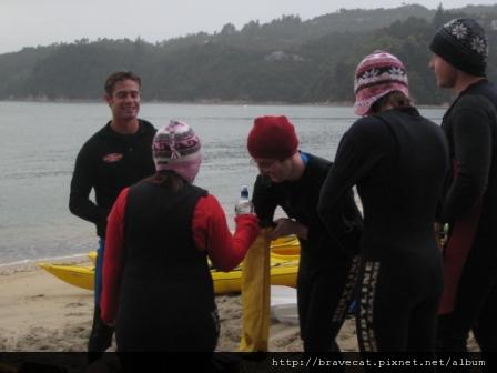 IMG_3340  Kiwi Kayaks - 我們參加的是半天的行程,教練正在替早上這一梯次的人進行解說.JPG