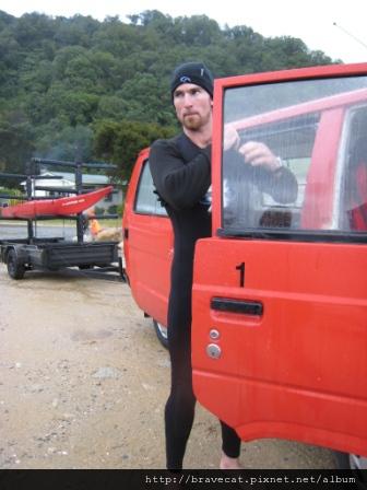IMG_3360 Kiwi Kayaks - 著裝完成的Water Taxi Driver,帥,很像要出任務的湯姆克魯斯.JPG