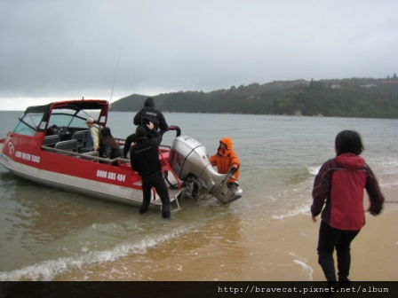 IMG_3362 Kiwi Kayaks - 出發囉,我們要跟早上那一批會合,我們划Kayaks回來,他們則坐Water Taxi回來.JPG