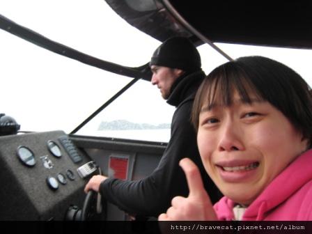 IMG_3370 Kiwi Kayaks - Water Taxi超級晃,大家必須抓住把手以確保自己不會被摔出去,超驚險的,故意擺出驚恐的臉,不過後面那個還是很酷.JPG