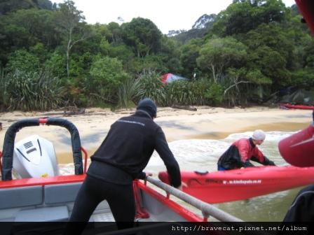 IMG_3375 Kiwi Kayaks - 晃了好久終於靠岸了,把船卸下去的同時,湯姆克魯斯跟我的獨木舟教練Steve說我們超興奮的,我想應該是剛剛我們在船上鬼吼鬼叫的,他以為我們很興奮,其實我們是怕啦.JPG