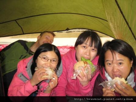 IMG_3388 Kiwi Kayaks - 大口咬漢堡,後面的老外很搶鏡唷.JPG