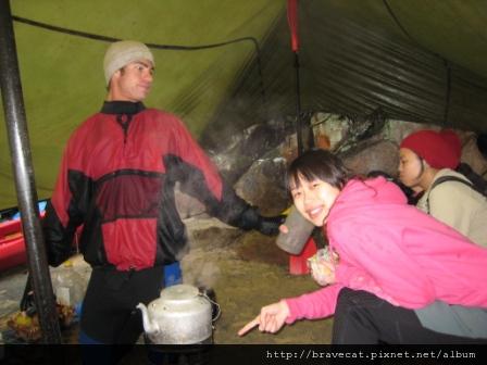 IMG_3391 Kiwi Kayaks - 因為我很冷,教練很好心的幫我把火爐扛過來.JPG