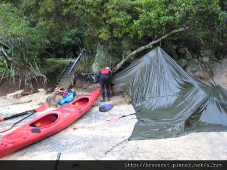 IMG_3402 Kiwi Kayaks - 教練正在拆解臨時帳棚,我們是最後一梯,結束就回家囉.JPG