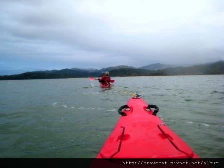 IMG_3421 Kiwi Kayaks - 本來只要划15分鐘的距離,結果我們划了半個小時還沒到,教練只好輪流拖著我們划,有一次我跟Jody聊得太起勁,教練還翻過來說,What are you doing, girls p.JPG