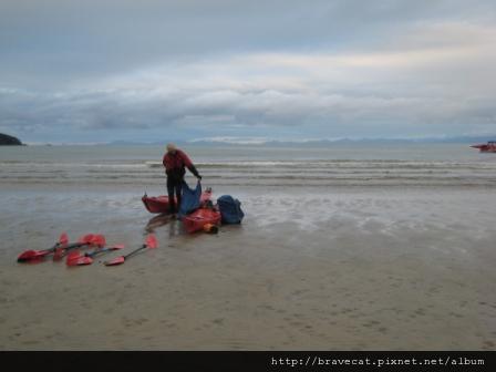 IMG_3424 Kiwi Kayaks - 教練正在收拾善後.JPG