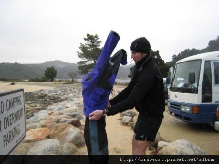 IMG_3444  Kiwi Kayaks - 薑薑薑薑~凱薩琳的脫衣秀~不是啦,因為那天大家都凍僵了,冷到沒有力氣脫衣服,Steve & 湯姆克魯斯就幫我們奮力脫衣.JPG