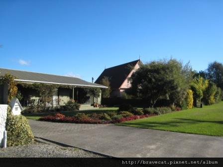 IMG_2378 Motueka -喜歡這間房子開放式庭院以及有顏色層次的樹木柵欄(Fearon St).JPG