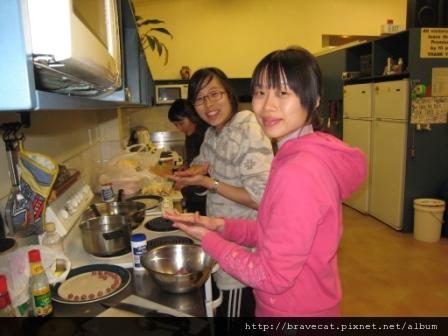 IMG_0492 KFC Party 結束後,Seah & Youjin說要做韓國菜給我吃,所以我們進行進行第二拖~韓國菜Party.我們正在做韓國肉球.JPG