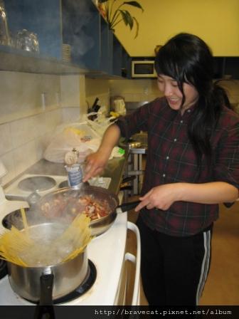 IMG_0501 Bakers lodge-ㄟ,Youjin不是說要做韓國菜嗎,怎麼變義大利麵了.JPG