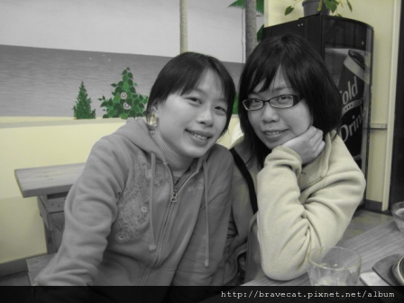 IMG_0511 因為那天哭得很醜,所以用黑白處理. I & Emilia.JPG