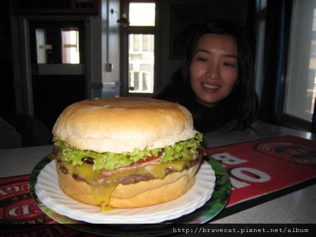 IMG_0685 這是蛋糕吧,當服務生端大漢堡上桌的時候,我們真的嚇一跳,我們點的是15NZ培根堡.JPG