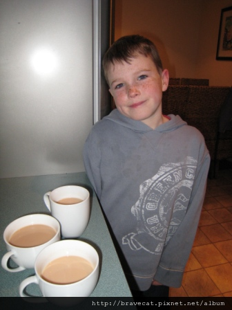 IMG_0734 一回到家Nathaniel就問我們要不要喝茶,貼心內.JPG