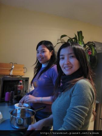 IMG_0736 今天我們要煮中國菜給Joanne吃,這是我重金禮聘的兩位大廚Sherry & Selina.JPG