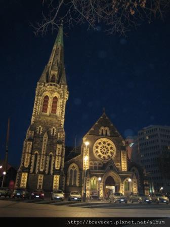 IMG_0861 CHCH- 今天跟Seah & Youjin約在教堂前廣場見面,這照片的感覺好像看玻璃球的教堂唷.JPG