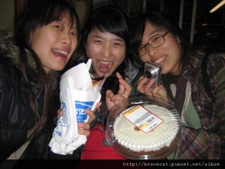 IMG_0881 CHCH- 吃完飯後我們又買了SOUVLAKI & Carrot Cake準備回Backpakers大快朵頤.JPG