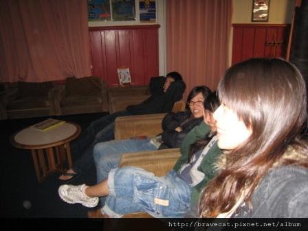 IMG_0900 CHCH- 我們在Living room觀賞Youjin & Seah在QT跳Bungy Jump的VCD.JPG