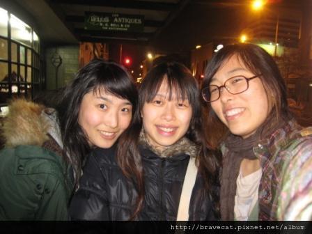 IMG_0913 CHCH- 我停車的地方離她們的Backpakers很遠,Yoijin & Seah堅持陪我去拿車.我還記得她們挽著我的手走,嘴裡哼著萍聚,大家心裡都好捨不得.JPG