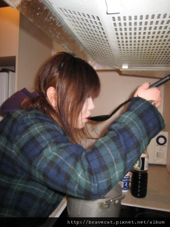 IMG_0754 Mio知道我回基督城,特地約我去她家玩,她正在煮日式火鍋給我吃.嚐嚐看味道,嗯好好吃喔.JPG