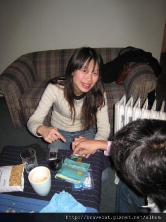 IMG_0791 第一次捲菸,Gen正在教我,不過真的好難.JPG