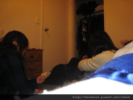 IMG_0792 UNO之夜,我連輸三場被罰喝酒,Mio還幫我擋了半杯.JPG