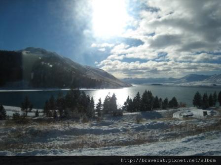 IMG_1125 沿途經過覆蓋白雪的Lake Tekapo,很美.JPG