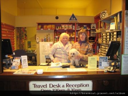 IMG_1200 Dunedin - Stafford Gables YHA,老闆娘Imogen Berwick狠好心的只收Dorm的價錢讓我住單人房,旁邊的是他的女兒Louise Berwick以及汪汪Frostie.JPG