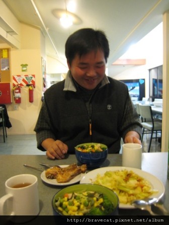 IMG_1262 YHA-一到QT,Sam少東就準備一桌豐盛的晚餐款待我,真幸運.JPG