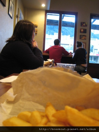 IMG_1290 隔壁的外國人請我們吃薯條.JPG