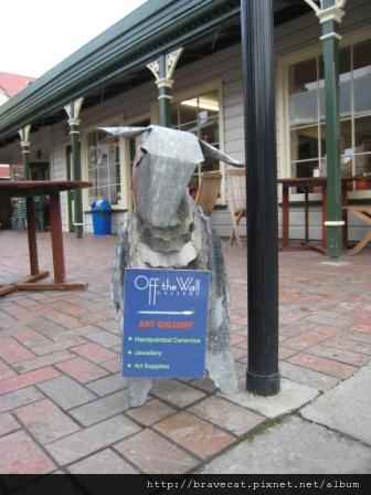 IMG_1370 Arrowtown- 請參觀Art Gallery,可愛的廣告招牌.JPG