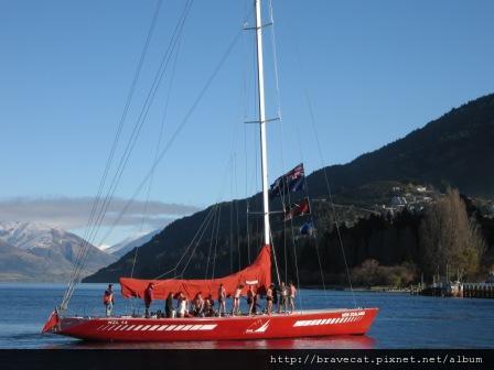IMG_1248 DAY OF THE BAY-短跑賽結束後,遠方駛來一艘船,船上載著一堆猛男,一個不注意,他們竟然往冰冷的湖水裡跳.JPG