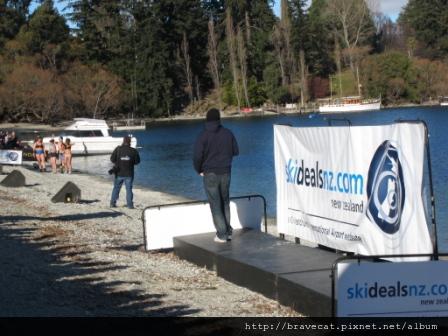 IMG_1511 DAY OF THE BAY-SkiDealsNZ.com,Birdman結束後,湖畔的另一邊正在徵求穿內衣賽跑的參賽者,聽說優勝者有獎金,果然吸引許多不怕冷的觀眾參加.JPG