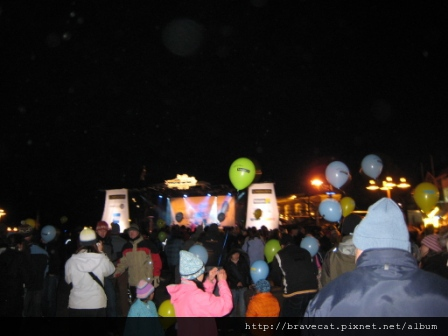 IMG_1549 PARTY TIME,現場還有演唱會唷,因為活動延宕,所以今天有三場不同的演唱會分散在這小小的QT街上.JPG