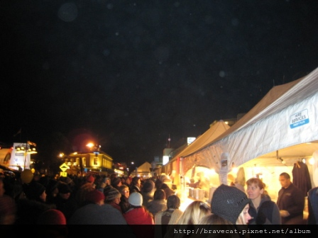 IMG_1553 UNDAUER PARTY- 真的有慶典的感覺也,而且路旁的小攤販讓我想到台灣的夜市.JPG
