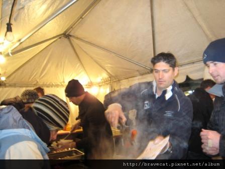 IMG_1564 UNDAUER PARTY- 我們有大腸包小腸,NZ有土司包香腸攤.JPG