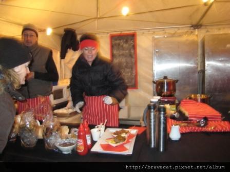 IMG_1567 UNDAUER PARTY- 麵包香腸攤,香腸上面灑上磨菇醬就可以賣到5NZ=125TW.JPG