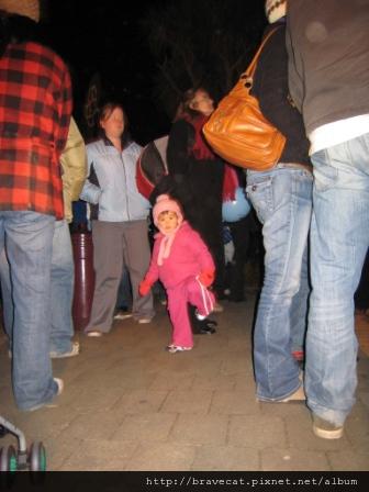 IMG_1588 UNDAUER PARTY-路邊有一個小妹妹就隨音樂起舞,超可愛的.JPG