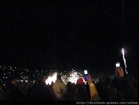 UNDAUER PARTY - Fireworks大家可以在湖邊近距離的看煙火,雖然這裡的煙火不如台北101的壯麗,但可以近距離看煙火是幸福的.jpg