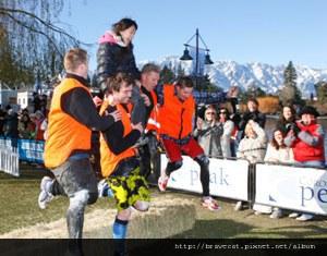 image003 DOWNTOWN DAY- 這是記者幫我照的(其實我整路臉都很驚恐,因為扛我的橘子男一高一低,超害怕摔下來的).jpg