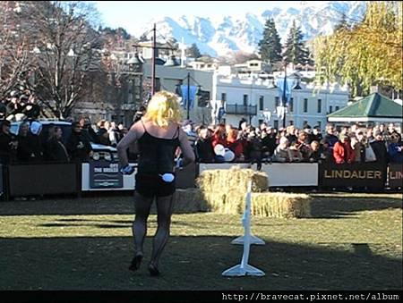 IMG_1711 Q92 The Breeze Drag Race- 看到這個兔女郎穿高跟鞋跑步的樣子好像很痛.jpg