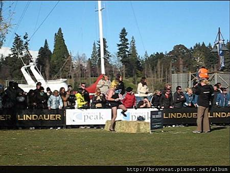 IMG_1711 Q92 The Breeze Drag Race- 雖然兔女郎以經是最後一名,他仍堅持優雅地走完全程.jpg