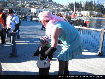 IMG_1717 Q92 The Breeze Drag Race- 這個參賽者超可愛的,一直跟他兒子說我今天是媽咪,不是爹地.JPG