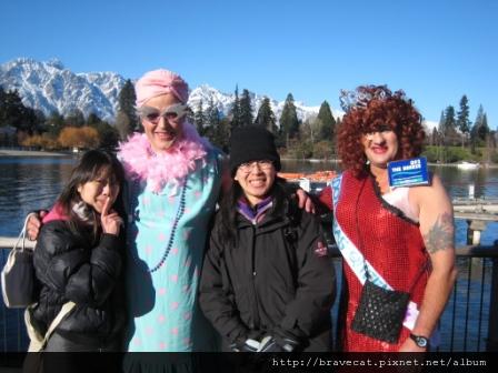 IMG_1719 Q92 The Breeze Drag Race-第一名(右)&第二名,真是壯碩的美女啊.JPG