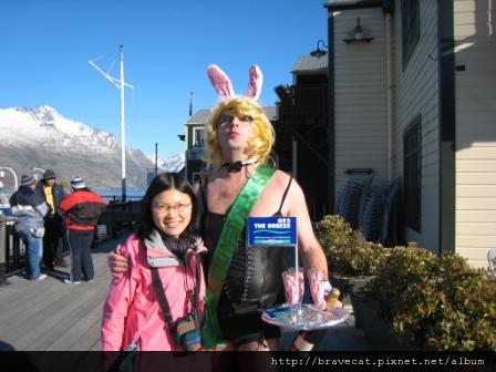 IMG_1720 Q92 The Breeze Drag Race-來~兔女郎親一下.第三名的兔女郎,還有毛茸茸的胸毛唷.JPG