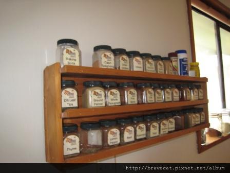 IMG_1799 Buterfli Lodge - 廚房裡還貼心地提供許多香料,其它的BBH有提供鹽就不錯了.JPG