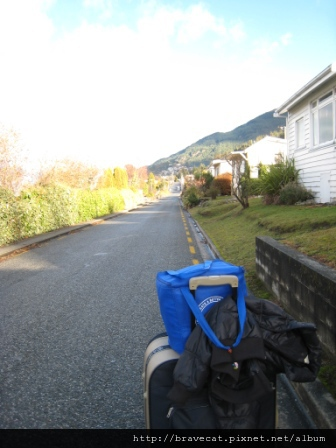 IMG_1808 從Buterfli Lodge搬回Aspen Lodge時,路上一台車都沒有,拖著大行李箱和食物袋,心裡呼喊著~誰來幫幫我.JPG