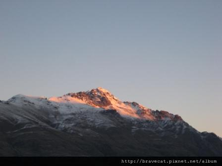 IMG_1992 夕陽將雪白的山染橘了.JPG