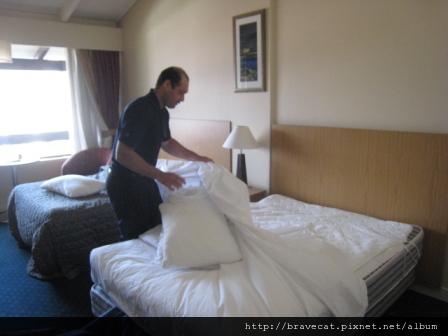 IMG_0060 先將髒的枕頭套及床單移除.jpg