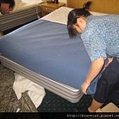 IMG_0067 再鋪上上層床單及毛毯.jpg